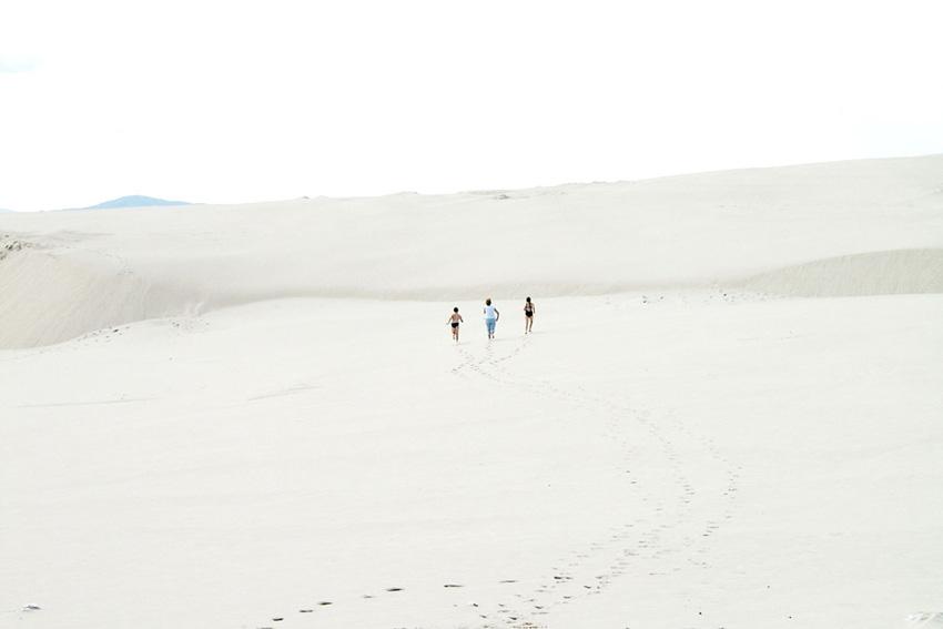 photography-inspiration-mikel-uribetxeberria-people-in-desert